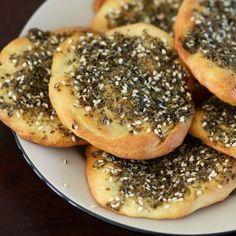 Aprenda a preparar zaatar libanês com esta excelente e fácil receita.  O zaatar libanês é uma mistura de especiarias indicada para usar em marinadas, pão, para...