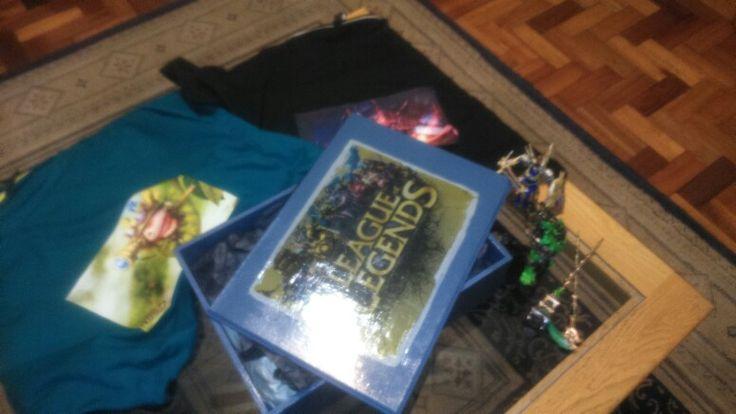 League of legends hamper: custom made box, 2 tshirts and 2 figurines