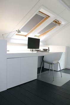 Slim om het bureau zo te verwerken onder het schuine dak