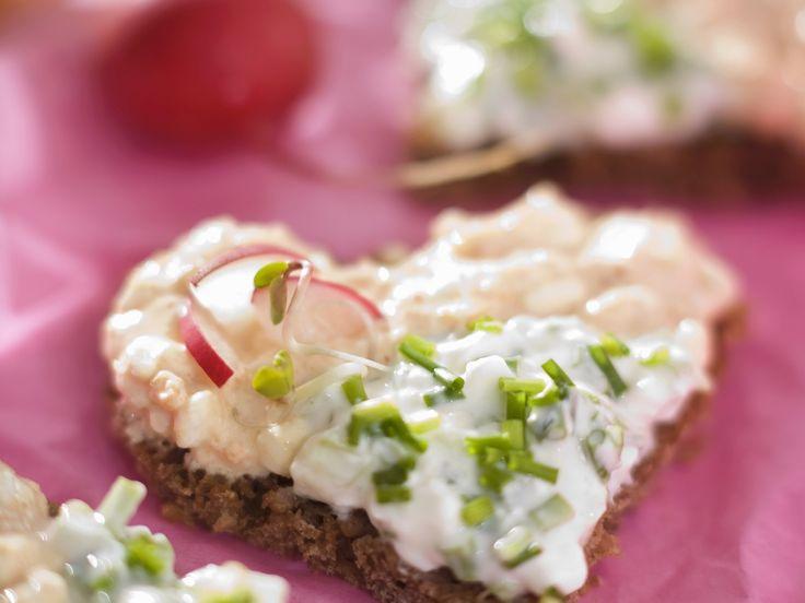 Herz-Häppchen mit Frischkäse, Radieschen und Schnittlauch   Zeit: 30 Min.   http://eatsmarter.de/rezepte/herz-haeppchen-mit-frischkaese-radieschen-und-schnittlauch