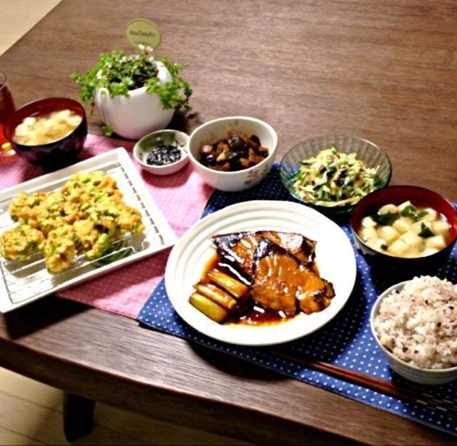 そら豆は、サヤから取って薄皮を取るのが大変だけど、中から出てきたそら豆を見ると可愛いから、そんな手間も許しちゃう! (^.^) - 20件のもぐもぐ - 鰤と長ねぎの照焼き、そら豆のかき揚げ、豚肉と茄子の味噌煮、さきいかとミョウガのサラダ、ふのお味噌汁、雑穀米 by pentarou