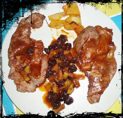 Chuletas de cerdo con manzana y uvas pasas