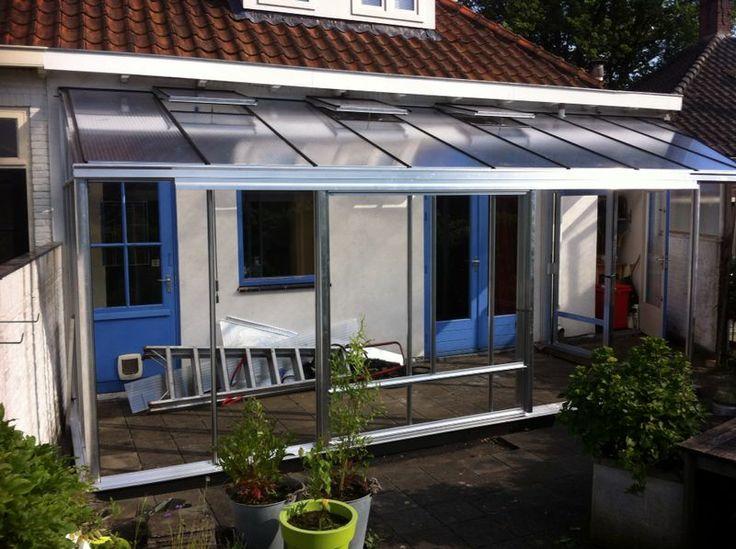 Maatwerk Muurkas inclusief overkapping met thermopane glas in de gevels en 16mm S.D.P. in het dak. Maatwerk kas is geplaatst op een dakterras.