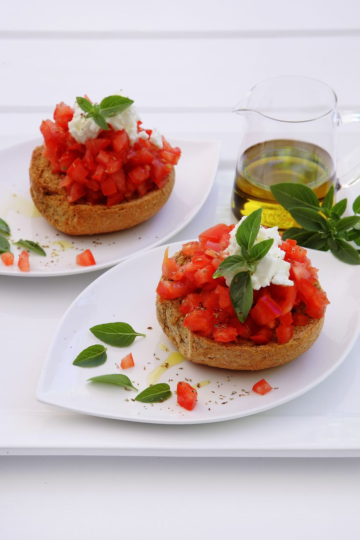 Dakos salad, a simple dish from Crete with a glorious taste http://www.instyle.gr/recipe/ntakos/