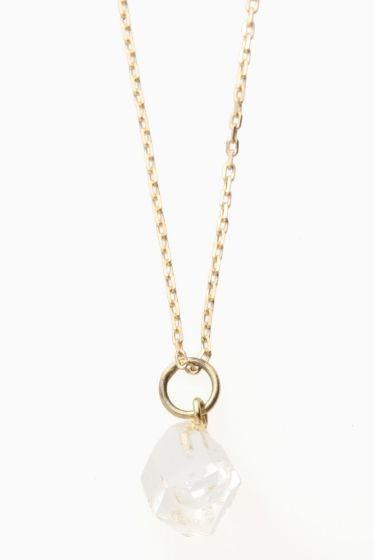 ARCHIV ハーキマダイヤモンドネックレス  ARCHIV ハーキマダイヤモンドネックレス 15120 小ぶりのネックレスはスタイルを選ばず使用いただけるシンプルなデザイン 天然石の気負わない輝きも魅力です ハーキマダイヤモンド 鉱物学的には水晶ですが通常の水晶とは違うエネルギーを持ちます ドリームクリスタルとも呼ばれていてこの石を身に付けることで非常に鮮明な予知夢を見ることがありその夢がとても重要な気付きを与えてくれると言われることからその名が広く浸透しました そんな神秘的なことから夢見の石とも呼ばれています ARCHIV(アーカイブ) 国内のアクセサリーブランド ブランド名ARCHIVはアーカイブ(記録)という単語の意味合いを持ちます デザイナー自身が今まで保管してきた知識や技巧を最大限に発揮したいという願いが込められたアクセサリー 主剤はゴールドシルバー天然石を使用 すべてデザイナーの手により丁寧に仕上げられています