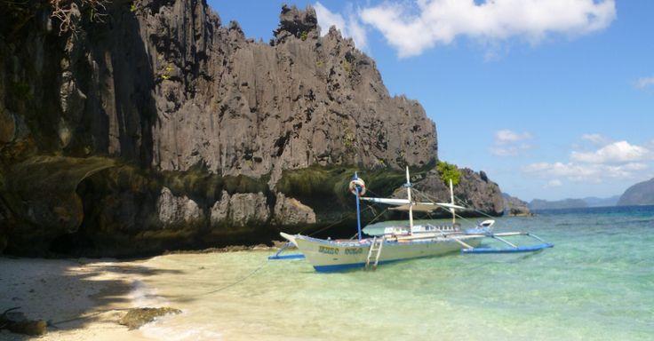 As Filipinas são um dos maiores arquipélagos do mundo e, portanto, não faltam orlas paradisíacas por lá. Uma das mais belas faixas de areia locais é a praia de El Nido, na ilha de Palawan. Banhada por um mar cristalino, El Nido está cercada por formações rochosas de calcário, que formam paisagens perfeitas para fotografias e passeios de barco sobre o oceano Pacífico