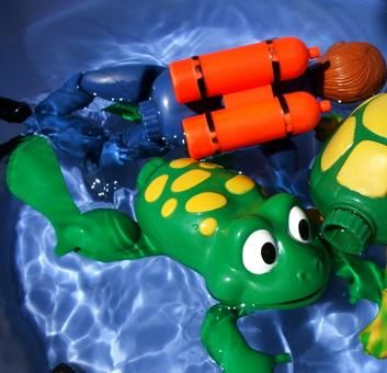 How to Clean Bath Toys With Vinegar, Water & Clorox