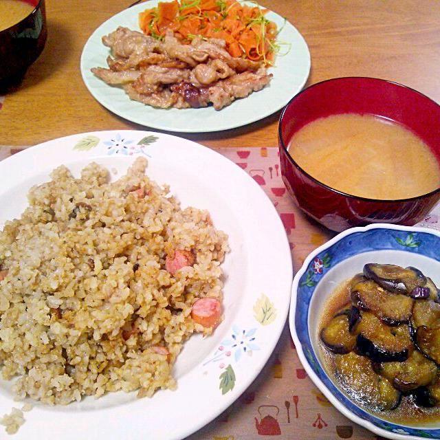 チャーハンあんまりパラパラにならず精進したい… 今日のきんぴらはピーラーで! 奥のお皿は分けて食べる用でしたー - 11件のもぐもぐ - 8月10日 チャーハン なすの甘酢炒め にんじんと豆苗のきんぴら 豚こまのにんにくしょうが炒め 大根のお味噌汁 by sakuraimoko