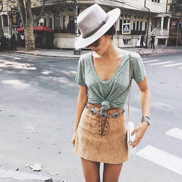 Look verão com saia de suede + t-shirt