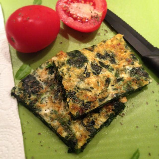 Den her omelet, med en masse spinat og grøntsager til, er virkelig nem og hurtig at slå sammen. Jeg lavede den selv en aften, hvor energiniveauet var lavt og sulten var stor. Den mætter super godt, som følge af både æggene og de mange grøntsager. Omeletten fungerer fint alene, men kan også s....