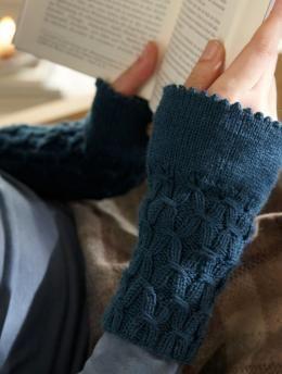 Pulswärmer mit Smokmuster Anleitung - Wer zu kalten Händen neigt, wird sich garantiert über diese Handstulpen riesig freuen.