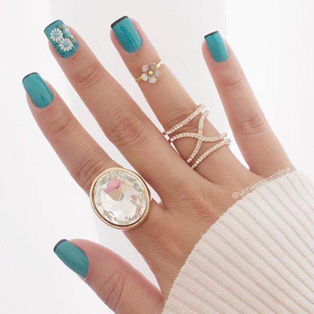 WEBSTA @ unhasdacarolina - Quem tambem ama anéis põe o dedo aqui!!!  Apaixonada pelos meus!! Usando o esmalte da @dnaitaly_oficial e peliculas da @cintia.nathara_adesivos #unhas #unhasdacarolina #amoesmaltes #nail #anéis #aneislindos #viciadaemvidrinhos #viciadas_nails #viciadaemesmaltes #jadecorou #terapiacolorida #unhasdasemana