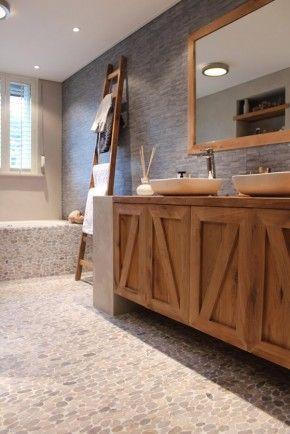 Badkamer: prachtige combinatie van hout en steensoorten.....voor meer inspiratie www.stylingentrends.nl of www.facebook.com/stylingentrends  #interieurstyling #verkoopstyling #woningfotografie