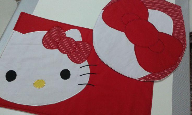 Lindo tapete para banheiro Hello Kitty contendo 2 peças.  Confeccionado em brim leve, aplicação em tecido 100% algodão ,manta acrílica , forrado com algodão cru