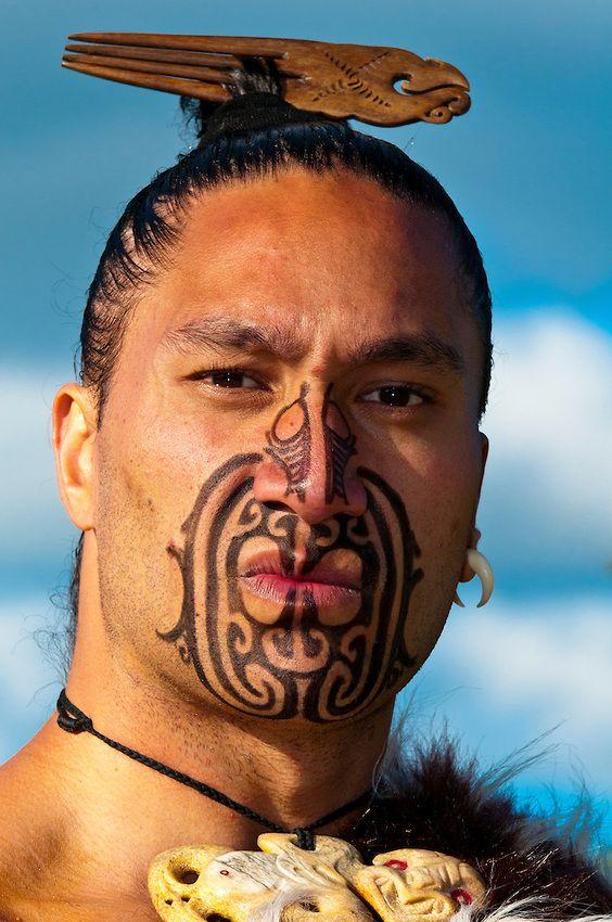 guerrero maorí con un tatuaje (tatuaje facial) realiza una danza de guerra ...