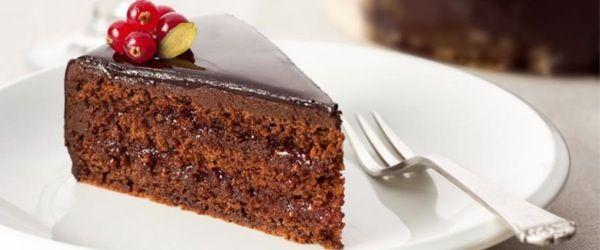 La torta sacher è una delle torte al cioccolato più famose al mondo. L'invenzione di questo goloso dolce è dovuta a Franz Sacher che, nel 1832, l'ha preparata per il conte Klemens Von Metternich. In questa ricetta ve ne proponiamo una versione vegana, adatta a tutti i gusti e, soprattutto, anche per chi è intollerante al lattosio