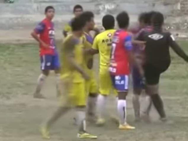 Πιερία: Περού: Διαιτητής απέβαλε παίκτη και μετά τον κλώτσ...