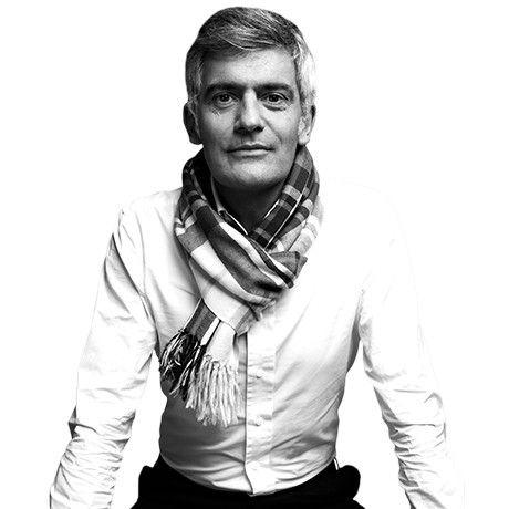 """Alfredo Häberli - Alfredo Häberli wurde 1964 in Buenos Aires, Argentinien geboren. Heute ist er ein international etablierter Designer mit Sitz in Zürich. Alfredo Häberli schafft es Tradition mit Innovation, Freude und Energie in seinen Entwürfen zu vereinen. Häberli ist vor allem dafür bekannt, dass er Alltagsgegenstände gestaltet. Sein Credo: """"Beobachten ist die schönste Form des Denkens."""" Er arbeitet unter anderem mit Firmen wie Alias und Cappellini zusammen."""
