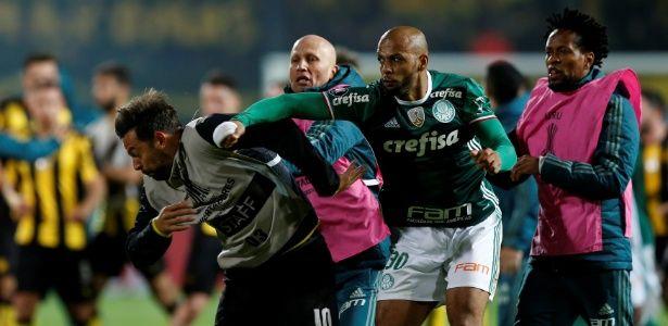Jogo do Palmeiras termina em briga, e Felipe Melo acerta soco em uruguaio