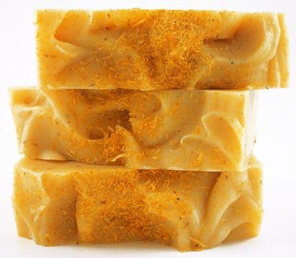 Мыло ручной работы с календулой и ромашкой прекрасно подходит для больной, измученной и уставшей кожи.