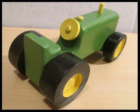 Un petit tracteur vert qui est de 7 pouces de long par 3-5/8 pouces de large par 3 pouces haute. Cest avec un corps épais de 1-1/2 po et 1 po roues larges arrière. Il est construit depuis de nombreuses années de course haut et bas de vos planchers.  Il est peint avec des peintures de métier sécurité enfant, avec 3 couches dune eau à base de polly pour enrober le tracteur protégeant contre leau.  Pour la sécurité des enfants il ny a aucune pièce amovible.  Made in USA.