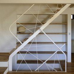 階段の手すりは木の枝