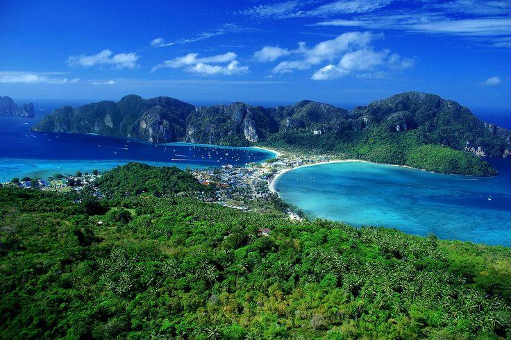 In Thailandia il Phi Phi Island Village Beach Resort le coppie di tutto il mondo possono vivere l'esperienza del romanticismo sulla piccola isola, tra spiagge isolate e la seduttiva brezza del Mare delle Andamane.