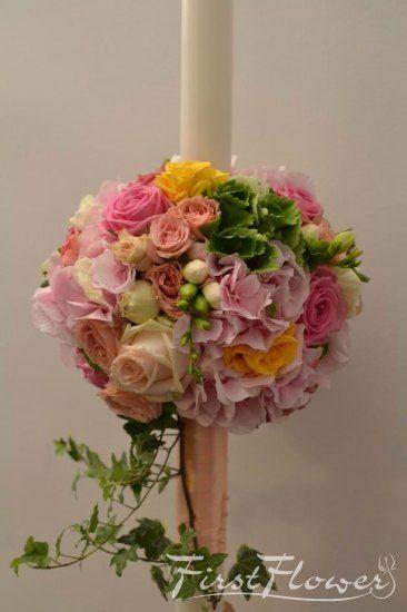Lumanare botez, rotunda cu hortensie roz si verde, iedera si trandafiri galbeni.
