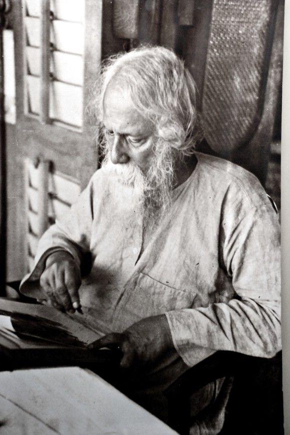 """Rabindranath Tagore (7 mayo 1861 a 7 agosto 1941), bengalí gran pensador que forma de nuevo la literatura y la música de su región. Autor de Gitanjali y su """"verso profundamente sensible, dulce y hermosa"""", se convirtió en el primer no europeo en ganar el Premio Nobel de Literatura en 1913. Tagore modernizó el arte bengalí desdeñando las formas clásicas rígidos y resistir las estenosis lingüísticas. Él fue muy influyente en la introducción de la mejor de la cultura india a Occidente y…"""