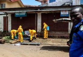 14-Oct-2014 13:51 - VREDESMILITAIREN IN QUARANTAINE. Een bataljon van zo'n 800 militairen is in Sierra Leone in quarantaine geplaatst. Het besluit werd genomen nadat bij een van hen ebola was vastgesteld. De Sierra Leoners stonden op het punt om af te reizen naar Somalië. Daar zouden ze deel gaan uitmaken van een vredesmissie van de Afrikaanse Unie. Het voltallige bataljon wordt nu 21 dagen geïsoleerd. Een woordvoerder van het leger van Sierra Leone zegt tegen persbureau Reuters dat de...