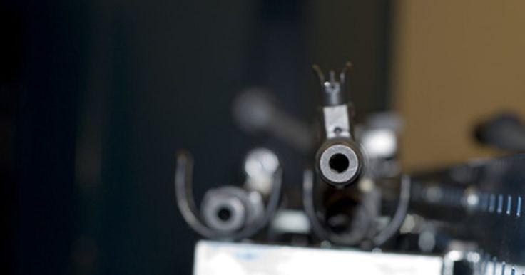 Produtos que evitam mofo em cofres para armas. Diversas coisas podem acarretar no crescimento do mofo em um cofre para armas, mas geralmente, a principal razão é a umidade. Felizmente, com um pouco de manutenção, juntamente com soluções de limpeza simples e baratas e ferramentas especiais, encontradas em lojas de armas ou em lojas online, o mofo nas suas armas não será mais um problema.