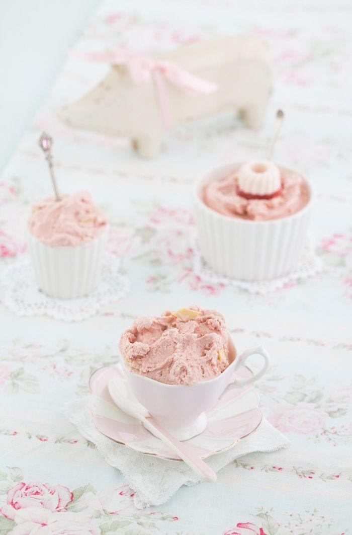 """""""Erdbeereis mit weißer Vanille Schokolade!""""  http://www.lisbeths.de/erdbeereis/"""