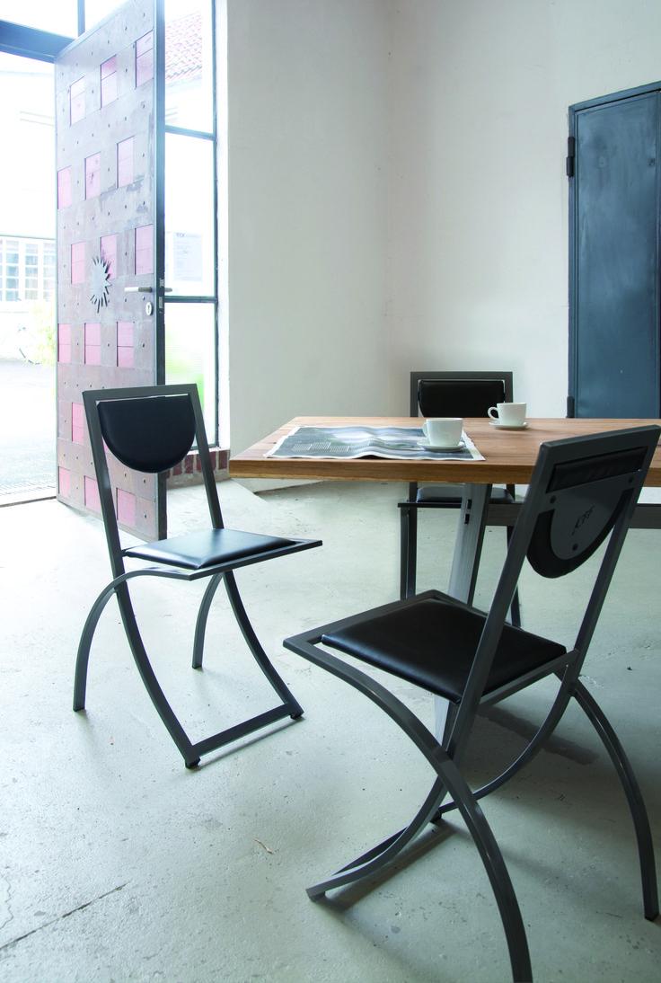 """SINUS - der Erste Stuhl wurde gleich ein Renner. Einer der am häufigsten verkauften Design Stühle """"made in Germany"""". Seine unverwechselbare Optik aus dynamisch geschwungenen Stahlrahmen in Kombination mit zierlicher Sitz- und Rückenfläche ist immer noch """"up to date""""."""
