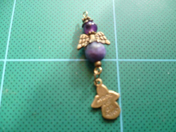 liten ängla berlock i sodalit och agat med bronsdetaljer