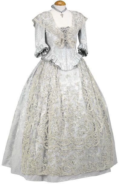'Fallera' wedding dress from Valencia, Spain. (Me gustaria casarme asi, con una mantilla blanca!) ~ Vestido de novia para una boda fallera!