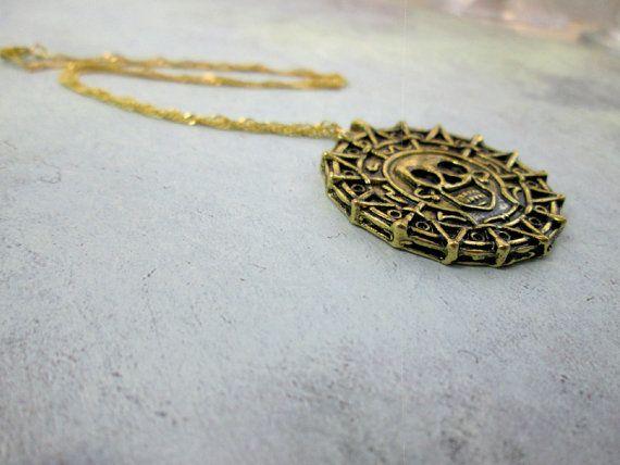 Caratteristiche della collana teschio pirata incantevole un pendente di colore oro antico azteco cranio medaglione appeso su un oro di buona qualità 18K