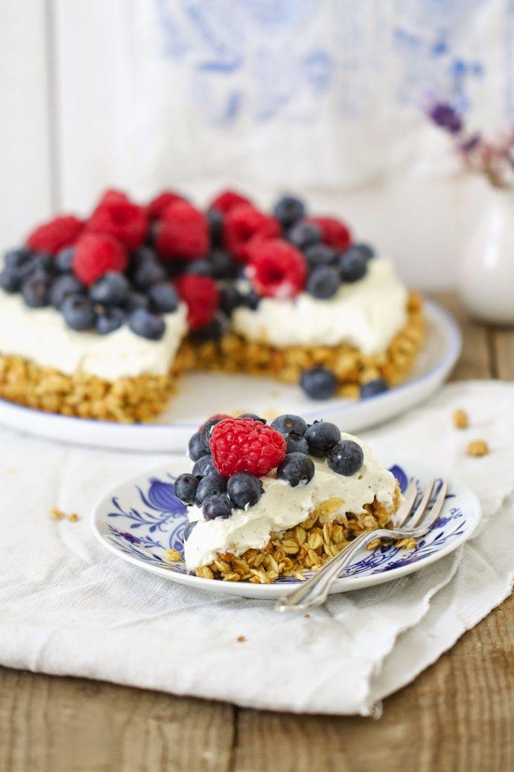 Lykkelig - mein Foodblog: Ein easy-peasy und superschneller Kuchen mit Müsli und Beeren! Der wandert noch nicht mal in den Ofen. Also perfek...
