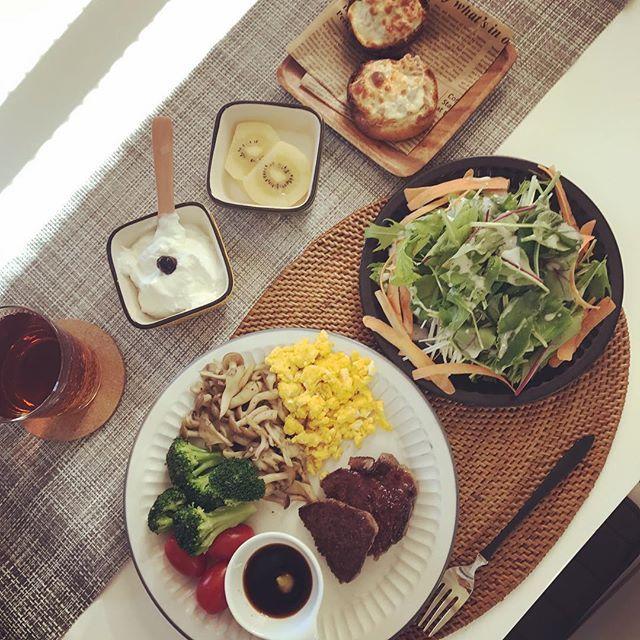 この数日なんだか感じてるエネルギー不足の為、 お肉でパワーチャージしました☆ ステーキは、わさび醤油で。 たんぱく質も食物繊維もしっかり摂り入れて ビタミン補給に久しぶりにフルーツ解禁しました☆ ゴールドキウイ 半分☺︎ まだ明るい時間に ゆっくり食べれた夕食でした☺︎ さて、今日頑張れば明日は日曜日☆お仕事行ってきます。  #今日のごはん #おうちごはん #牛ヒレステーキ #きのこソテー #スクランブルエッグ #水菜サラダ #低糖質ロールのツナチーズマフィン #ギリシャヨーグルト #ゴールドキウイ #ダイエット #低糖質 #ロカボ #18時以降食べない #肉