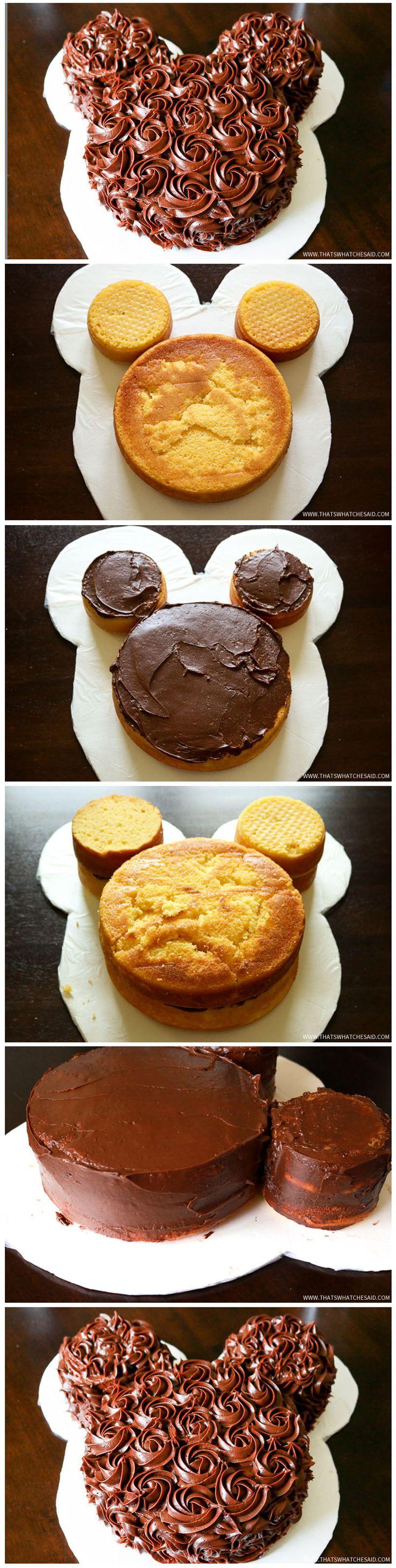 Idée de gâteau pour enfant en forme de Mickey avec des petites roses en chocolat en garniture. _ Mickey Mouse Cake Idea with small chocolate roses.