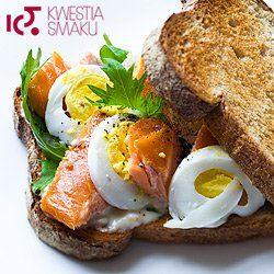 Kanapka z łososiem wędzonym, jajkiem i rukolą | Kwestia Smaku