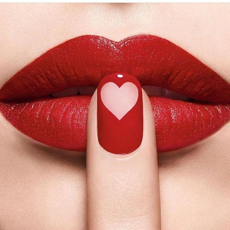 данной странице картинки красные губы представляет собой скульптуру