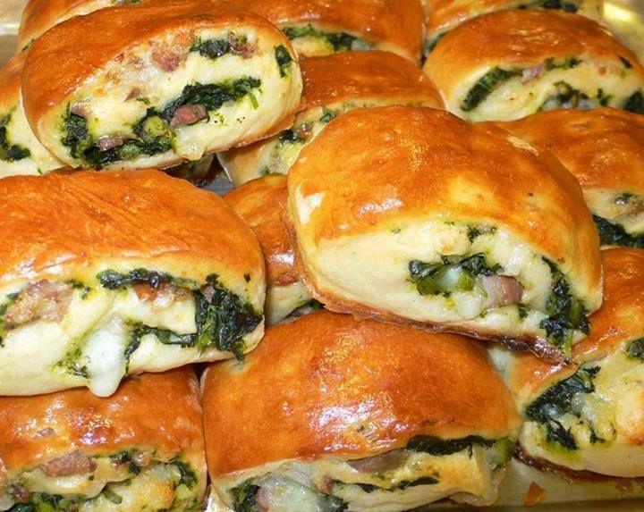Oggi vi lascio una ricetta semplice e buonissima su come realizzare in casa i panini farciti con salsiccia e friarielli. I panini