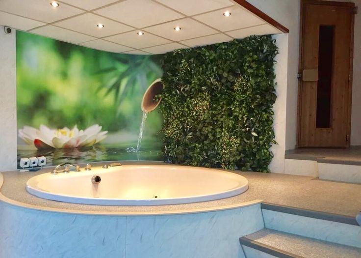 Groene wand in sauna ruimte