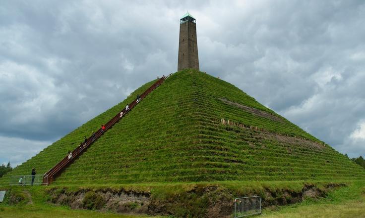 De Pyramide van Austerliz. Gemaakt door de soldaten van Generaal de Marmont als eerbetoon aan Napoleon.