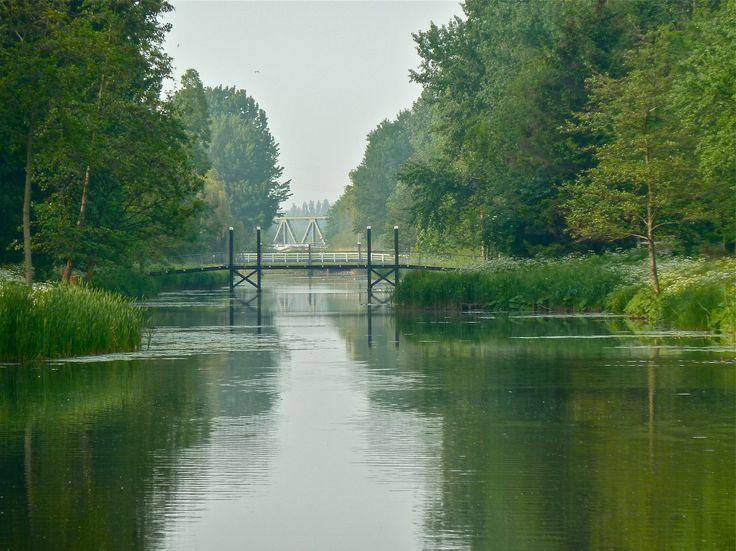 De Poldervaart Schiedam The Netherlands 2011(photo by Edward)  De Poldervaart is een deels gedempte vaart tussen de Schie ten zuiden van de Kandelaar en de Nieuwe Maas tussen Schiedam en Vlaardingen. De Poldervaart is in 1280 aangelegd als 'Nieuwe Vaart' en werd gebruikt voor de afwatering van Delfland. De vijf ambachten hadden ieder een eigen sluis, die in 1587 werden vervangen door een grote sluis genaamd de Vijfsluizen in Schiedam