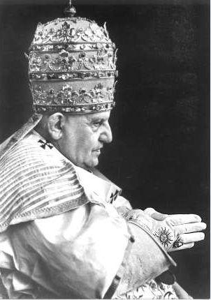 SUN SYMBOL ON THE GLOVE  Forum Christien Biblique :: Les origines du catholicisme, le culte de Mithra