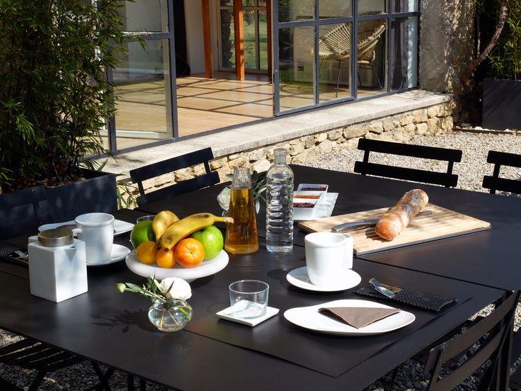 En période estivale, le Mas des Songes propose ses petits dejeuners sur la terrasse ombragée