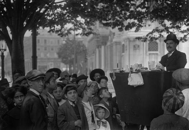 Profissão: Pelotiqueiro, vulgo vendedor de banha da cobra. Praça Luis de Camões,1910. Joshua Benoliel