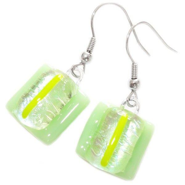 Mint groene glazen oorbellen met helder groen dichroide en gele accenten!