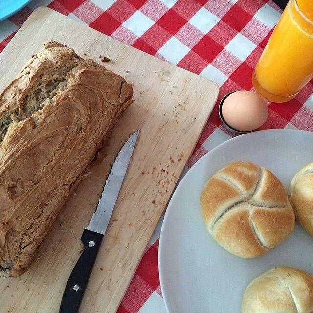 Toen ik onlangs een stukje over baksoda schreef, ontdekte ik een klein recept op het potje. Een receptje voor een snel brood. Experimenteel als ik ben, heb ik het recept de eerstvolgende zondagmorg...